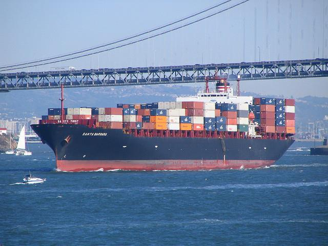 A ship loaded with containers Photo: Derell Licht, Flickr