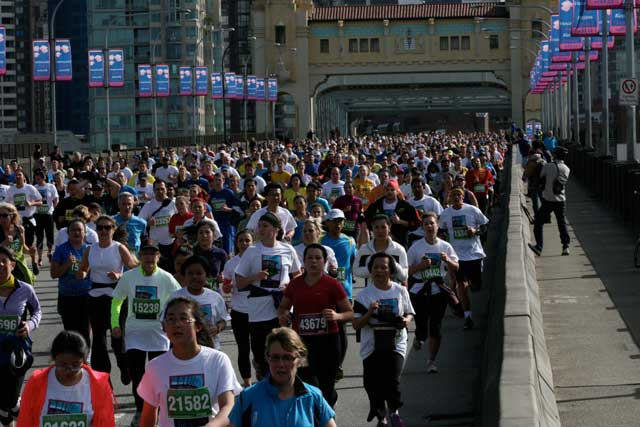 2013 Sun Run crosses the Burrard Street Bridge <br>Photo: JWALK / CC,FLICKR