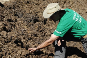 A man shows compost soil. Photo by AGRICULTURA REGENERATIVA/cC, Flickr
